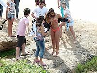 RIO DE JANEIRO, 17 JULHO 2012 - FOTOS CAROL NAKAMURA -  A modelo Carol Nakamura e vista sendo fotografada para campanha publicitaria na praia do Arpoador em Ipanema no Rio de Janeiro, ontem terça-feira, 17. (FOTO: RONALDO BRANDAO / BRAZIL PHOTO PRESS).