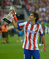 MADRID - ESPAÑA - 22-08-2014: Tiago, jugador de Atletico de Madrid celebra con la copa como campeones de la Super Copa de España tras vencer a Real Madrid,  durante partido de vuelta entre Atletico de Madrid  y Real Madrid por la Super Copa de España 2014, en el estadio Vicente Calderon de la ciudad de Madrid, España. / Tiago player of Atletico de Madrid  celebrates with the Cup as champions of the Super Copa de España after beating Real Madrid,, during a match for the second leg between Atletico Madrid and Real Madrid on the Super Copa de España 2014, at the Vicente Calderon stadium in Madrid, Spain. Photo: Asnerp / Patricio Realpe / VizzorImage.