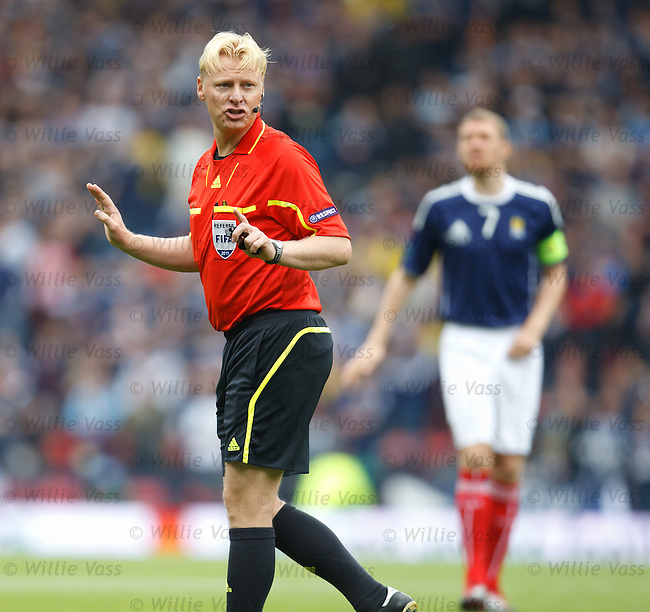 Referee Kevin Blom with Darren Fletcher yelling behind him