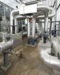 Foto: VidiPhoto<br /> <br /> WESTDORPE &ndash; Kinderziekten of storingen zijn er nauwelijks, zodat paprikagigant 4Evergreen in de 50 ha. kassen in Westdorpe bij Terneuzen 24 uur per dag de beschikking heeft over een &lsquo;duurzame&rsquo; warmtebron. Duurzaam tussen aanhalingstekens, omdat het hier gaat om restwarmte van Yara, 2,5 km verderop. De kunstmestfabriek gebruikt fossiele brandstoffen voor het productieproces. Al vijf jaar &lsquo;krijgt&rsquo; 4Evergreen het warme water van de fabriek voor het verwarmen van de kassen via een gescheiden watersysteem, zij het in het begin op beperkte schaal. Straks moet de totale 55 ha. (deels nog in aanbouw) van de paprikateler restwarmte ontvangen, vertelt manager arbeid Johan Gunter. De warmtewisselaar koelt het water van Yara weer terug van 85 naar zo&rsquo;n 37 graden Celsius. Er liggen verder plannen voor het plaatsen van 6000 zonnepanelen, waardoor het bedrijf op het gebied van electriciteit voor een groot deel zelfvoorzienend is. Verder hebben alle kassen dubbele schermen om &rsquo;s avonds de warmte vast te houden. Op de locatie in Steenbergen wordt gezamenlijk met de buren de mogelijkheden van restwarmte en co2 toevoer bekeken. Volledig duurzame glastuinbouw moet op de lange termijn mogelijk zijn, verwacht Gunter.