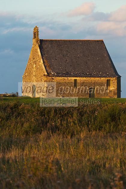 France, Ille-et-Vilaine (35), Cherrueix, Baie du Mont Saint Michel , La chapelle Sainte-Anne,se trouve au bord de la Digue de la Duchesse-Anne. //  France, Ille et Vilaine, Cherrueix,   Mont Saint Michel bay  St. Anne's Chapel is located on the dike of the Duchess Anne.