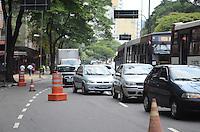 ATENÇÃO EDITOR: FOTO EMBARGADA PARA VEÍCULOS INTERNACIONAIS. - SAO PAULO, SP, 28 de Novembro 2012 -ACIDENTE DE CARRO.Transito proximo ao local onde um Carro que capotou na Av 9 de Julho sentido centro nesta madrugada proximo a estacao Gertulio Vargas.(FOTO: ADRIANO LIMA / BRAZIL PHOTO PRESS).