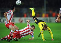 FUSSBALL   CHAMPIONS LEAGUE   SAISON 2011/2012  Borussia Dortmund - Olympiakos Piraeus      01.11.2011 Mario GOETZE (re Dortmund) gegen Avraam PAPADOPOULOS (Mitte) und Pablo ORBAIZ (re, beide, Piraeus)