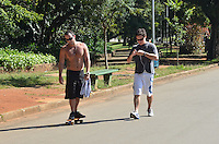 SAO PAULO, 05 DE JUNHO DE 2013  CLIMA TEMPO - SAO PAULO - Paulistano aproveita dia ensolarado, no Parque do Ibirapuera, no início da tarde desta quarta feira, 05, região sul da capital. (FOTO: ALEXANDRE MOREIRA / BRAZIL PHOTO PRESS)