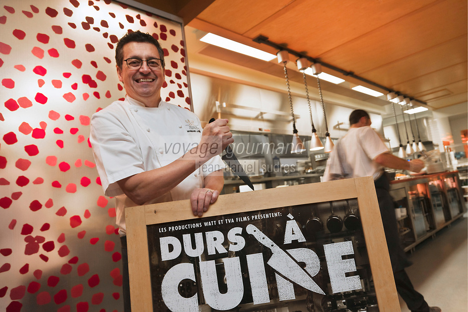 Amérique/Amérique du Nord/Canada/Québec/Montréal: Normand Laprise du  Restaurant: Toqué! avec l'affiche du film: Dur à cuire, film documentaire dont Normand est l'acteur principal et qui raconte la varie vie des chefs au Québec [Non destiné à un usage publicitaire - Not intended for an advertising use]