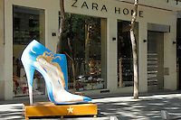 MADRI, ESPANHA, 29 DE MAIO 2012 - SHOE PARADE - Sapatos gigantes femininos sao vistos pelas da regiao central de Madri, nesta terca-feira, 29. (FOTO: CESAR CEBOLA / ALFAQUI / BRAZIL PHOTO PRESS).