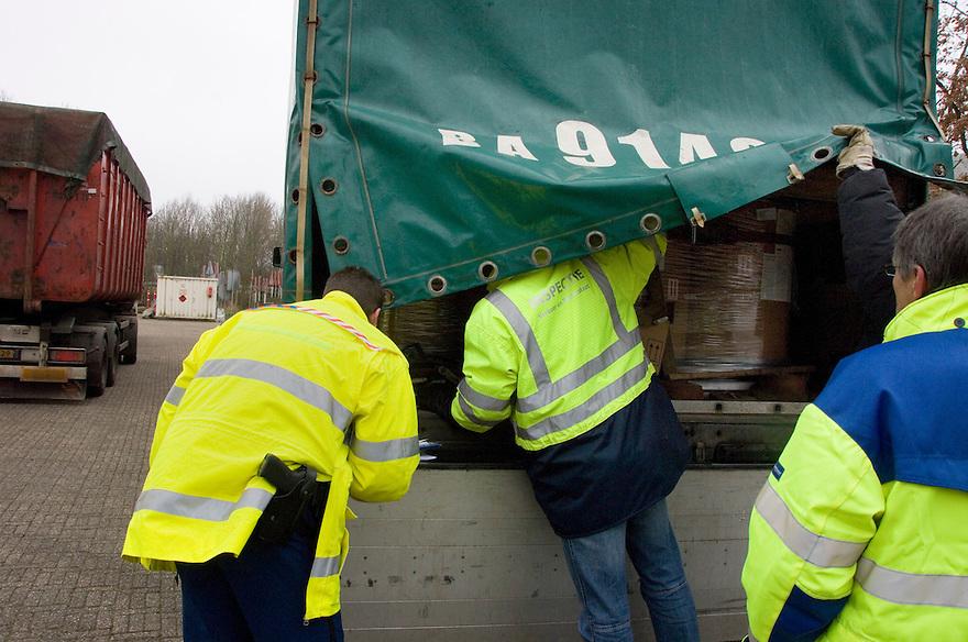 Nederland, Dordrecht, 14 febr 2008.Controle van vrachtverkeer door politie, douane en VROM. Vrachtwagens worden gecontroleerd op papieren en vergunningen voor het vervoer van gevaarlijke stoffen, afval, chemicalien. .Foto (c) Michiel Wijnbergh