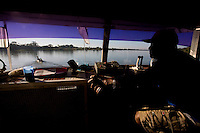 Ibiai_MG, Brasil...Motorista dirigindo um barco no Rio Sao Francisco, Minas Gerais...Driver driving a boat in Sao Francisco river, Minas Gerais...Foto: LEO DRUMOND /  NITRO