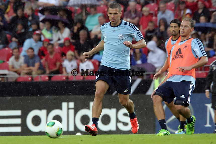 Lukas Podolski beobachtet von Sami Khedira und Benedikt Hoewedes - Oeffentliches Training der Deutschen Nationalmannschaft, Coface Arena Mainz