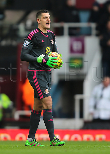 27.02.2016. Boleyn Ground, London, England. Barclays Premier League. West Ham versus Sunderland. Sunderland Goalkeeper Vito Mannone shouts to his players during a goal kick