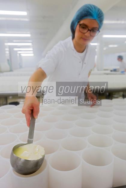 France, Calvados (14), Pays d'Auge, Saint-Loup-de-Fribois, Fromagerie du Domaine de Saint Loup, Camembert au lait cru moulé à la louche de la fromagerie du village, moulage manuel à la louche // France, Calvados, Pays d'Auge, Saint Loup de Fribois, raw milk camembert to cast the ladle of the cheese of the village, the manual casting ladle - Cheesery:  Domaine de Saint Loup<br /> <br /> [Autorisation : 2014-118]
