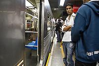 SÃO PAULO, SP - 17.10.2013 - PROBLEMA EM TREM DO METRO LINHA VERMELHA - Composição do metro da linha 3 vermelha apresentou problema na estação Anhangabaú por volta das 15:20 desta tarde, todos os passageiros tiveram que desembarcar na estação, a composição ficou parada por cerca de 10min na plataforma, nesta quinta-feira (17). (Foto: Marcelo Brammer/Brazil Photo Press)