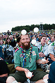 A norwegian scouts juggles while waiting at the closing ceremony to start. Photo: Audun Ingebrigtsen / Scouterna