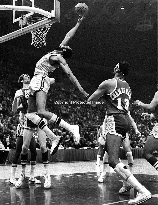 Warriors Nate Thurmond grabs a rebound in front of Lakers Wilt Chamberlsin..(1973 photo/Ron Riesterer)