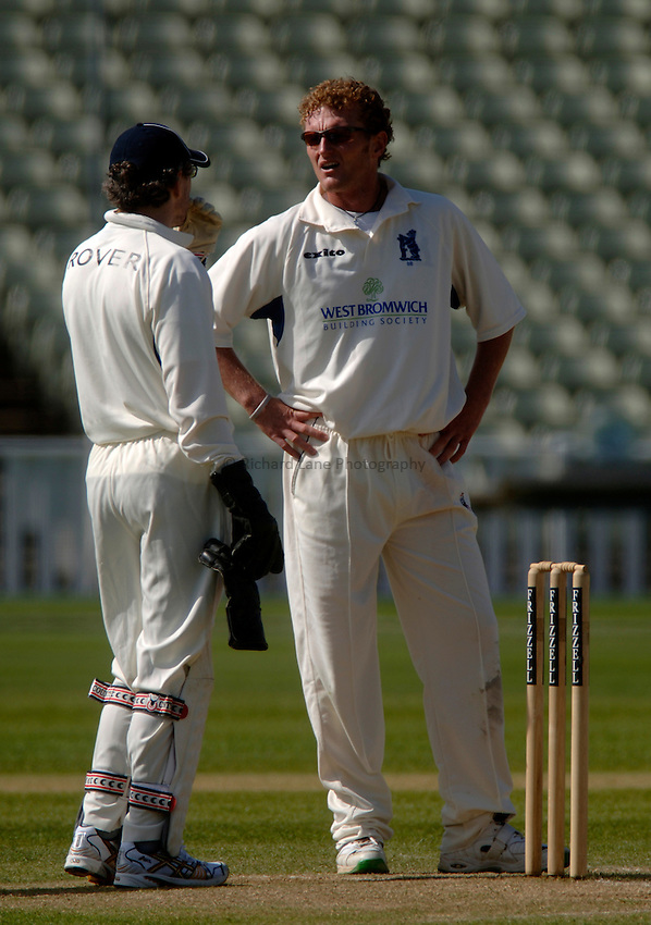 Photo. Glyn Thomas. .Warwickshire v Middlesex. 29/04/2005..Frizzell County Championship Division 1. Day 3..Warwickshire's Dougie Brown (R) discusses tactics.