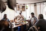 """Zimmerleute im kleinen Ort Tschengene Skele (""""Zigeunerbucht""""). Die Männer arbeiten am Wiederaufbau des Ortes mit, der im September 2014 überschwemmt worden war."""