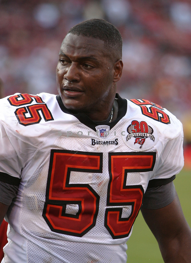 Derrick Brooks, of the Tampa Bay Buccaneers , in action, during their game against the San Francisco 49ers on October 30, 2005...San Francisco wins 15-10..Rob Holt / SportPics