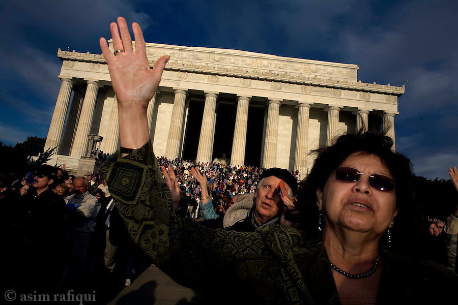 Worshippers attend an Easter Day service in front of the Lincoln Memorial organized by the Capital Church<br />