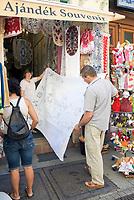 HUN, Ungarn, Budapest, Paar beim Einkaufen von Andenken, Tischdecke, Stickereien   HUN, Hungary, Budapest, couple shopping souvenirs, table cloth