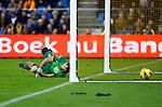 Nederland, Arnhem, 27 januari 2013.Eredivisie.Seizoen 2012-2013.Vitesse-Ajax.Piet Velthuizen, doelman (keeper) van Vitesse heeft het nakijken op de inzet van Lasse Schone van Ajax, die via Guram Kashia, aanvoerder van Vitesse in het doel beland, 0-1.