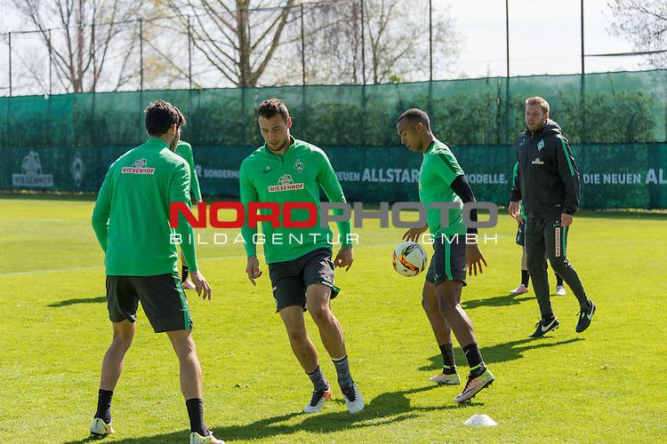 21.04.2016, Trainingsgelaende, Bremen, GER, 1.FBL, Training Werder Bremen<br /> <br /> im Bild<br /> Santiago Garcia (Bremen #2), Lukas Fr&ouml;de / Froede (Bremen #39), Melvyn Lorenzen (Bremen #28), Florian Kohfeldt (Werder Co Trainer) im Kreisspiel, <br /> <br /> Foto &copy; nordphoto / Ewert