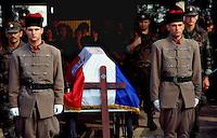Osijek / Croazia 1991 – Funerale di un membro della Brigata Internazionale caduto nella difesa di Osijek. La Brigata Internazionale era un reparto di paramilitari voluto dal Presidente croato Franjo Tujiman per contrastare l'offensiva dell'esercito federale jugoslavo contro le città della Slavonia. Il gruppo armato era formato da mercenari provenienti da varie nazioni e si rese colpevole di numerosi crimini di guerra.<br /> Funeral of a member of the International Brigade fell in the defense of Osijek. The International Brigade was a unit of paramilitaries wanted by Croatian President Franjo Tujiman to oppose the Yugoslav federal army offensive against the cities of Slavonia. The armed group was composed of mercenaries from various countries and was guilty of numerous war crimes.  <br /> Photo Livio Senigalliesi