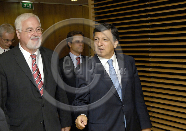 Brussels-Belgium - 07 September 2006---José (Jose) Manuel BARROSO (ri), President of the European Commission, receives Peter Harry CARSTENSEN (le), Prime Minister of Schleswig-Holstein (Germany) and acting President of the Bundesrat (second Chamber of Germany)---Photo: Horst Wagner/eup-images