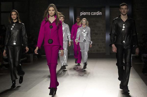 El nonagenario diseñador francoitaliano Pierre Cardin, uno de los grandes mitos de la alta costura, ha cerrado este sábado, 28 de enero,  la pasarela del 080 Barcelona Fashion con una clara mirada al futuro.