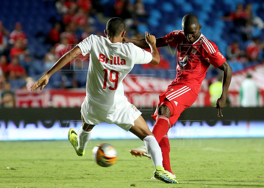 CALI - COLOMBIA-19-09-2016: Efrain Cortes (Der) jugador de América Cali disputa el balón con Luis Diaz (Izq) jugador de Barranquilla FC durante partido de la fecha 12 de vuelta del Torneo Águila 2016 jugado en el estadio Pascual Guerrero de la ciudad de Cali. / Efrain Cortes (R) player of América Cali struggles the ball with Luis Diaz (L) player of Barranquilla FC during the match for the second leg date 12 of the Aguila Tournament 2016 played at Pascual Guerrero stadium in Cali. Photo: VizzorImage/ Juan C Quintero / Cont
