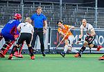 AMSTELVEEN - scheidsrechter Daniel Veerman met rechts Ingwer Wiese (Bldaal) en Justin Reid-Ross (Adam)  tijdens de play-offs hoofdklasse  heren , Amsterdam-Bloemendaal (0-2).    COPYRIGHT KOEN SUYK