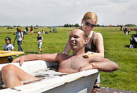 Nederland Schermerhorn  2016 07 10.  Jaarlijkse Prutmarathon door de modderige slootjes van de Mijzenpolder. Medaille winnaars worden na afloop in een badkuip afgesponsd.  Foto Berlinda van Dam / Hollandse Hoogte