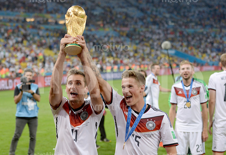 FUSSBALL WM 2014                       FINALE   Deutschland - Argentinien     13.07.2014 DEUTSCHLAND FEIERT DEN WM TITEL: Miroslav Klose und Erik Durm (v.l.) jubeln mit dem WM Pokal