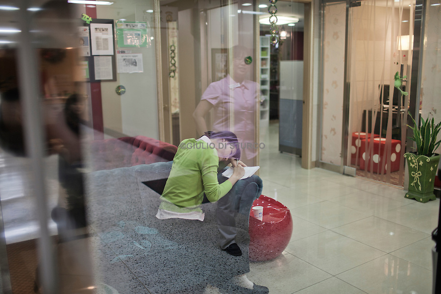Acupuncture treatment in a clinic of Eastern growth, in April 2011..Driven by the belief, increasingly popular, that the height is essential to success, South Korean parents try all kinds of remedies to increase the stature of their children, making use of hundreds of clinics that offer growth hormones, medical traditional treatments, such as acupuncture, and treatments and special exercises.