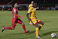 TUNJA -COLOMBIA, 16-08-2017: Rafael Robayo (Izq) jugador de Patriotas FC disputa el balón con Hector Urrego (Der) jugador de Independiente Santa Fe  durante partido por la fecha 8 de la Liga Águila II 2017 realizado en el estadio La Independencia en Tunja. / Rafael Robayo (L) player of Patriotas FC fights for the ball with Hector Urrego (R) player of Independiente Santa Fe  during match for the date 8 of Aguila League II 2017 at La Independencia stadium in Tunja. Photo: VizzorImage/ Jose Palencia / Cont