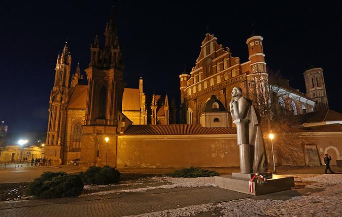 Bei der Buchmesse in Leipzig 2017 ist Litauen Gastland und will raus aus der Nische. Bild: Eine Adam-Mickwicz-Statue in VIlnius.