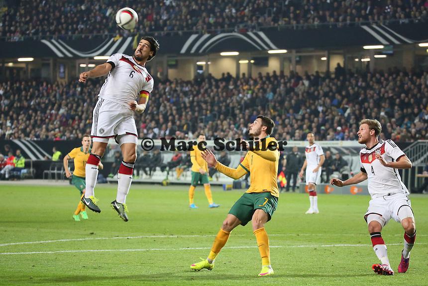 Sami Khedira (D) klaert vor Mathew Leckie (AUS) - Deutschland vs. Australien, Fritz-Walter-Stadion Kaiserslautern