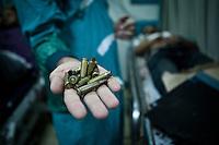 Un docteur de l'h&ocirc;pital de Nasr City montre des balles provenant des armes qui ont tir&eacute; sur les manifestants de Nasr City.<br /> <br /> A doctor at the hospital in Nasr City shows bullets from weapons fired on pro morsi protesters in Nasr City.