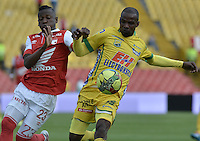 BOGOTÁ -COLOMBIA, 13-04-2014. Jefferson Cuero (Izq) jugador de Independiente Santa Fe disputa el balón con Carlos A Diaz  (Der) player of Atlético Huila durante partido por la fecha 17 de la Liga Postobón  I 2014 disputado en el estadio Nemesio Camacho El Campín de la ciudad de Bogotá./ Jefferson Cuero (L) player of Independiente Santa Fe fights the ball with Carlos A Diaz (R) player of Atletico Huila during the match for the 17th date of the Postobon  League I 2014 played at Nemesio Camacho El Campin stadium in Bogotá city. Photo: VizzorImage/ Gabriel Aponte / Staff
