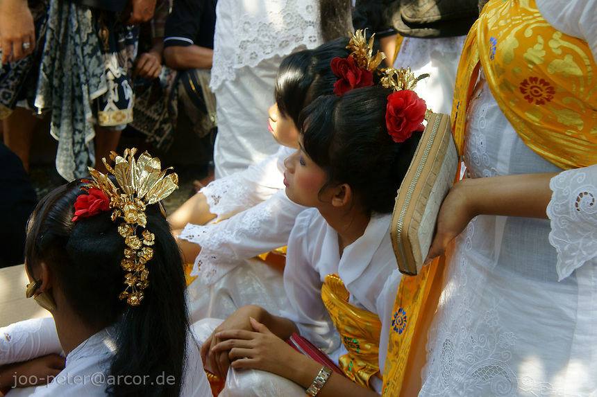 women dressed up for participation in the procession to cremation place, watch the ceremonies of  cremation for of a royal family member, August 2011, Ubud, Bali, archipelago Indonesia