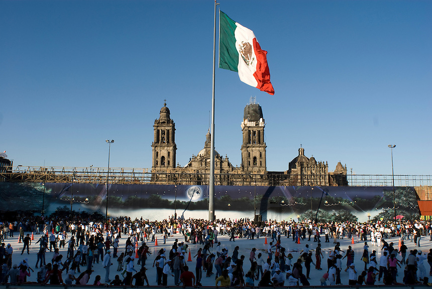 Mexicans enjoy a sunday afternoon at the new Mexico City Skating Rink (the largest in the world) in the Zocalo/City Square. Mexico DF, Sunday, December 12, 2007. Along with the popular urban beaches and cycling circuits,  the free skating rink is the Mayor (Marcelo Ebrad's) latest plan for entertaining the city's residents.