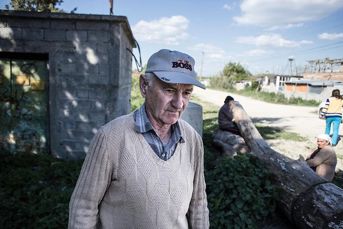 Pandi Zeka, Elektriker in Rente, im letzten elektrifizierten Dorf Albaniens, Agim, Mittelalbanien, 2013, Strom wird  in Albanien hauptsächlich aus Wasserkraft gewonnen. Zu kommunistischen Zeiten wurde das Land elektrifiziert. Die Infrastruktur kann aber mit dem hohen Verbrauch heutzutage nicht mithalten
