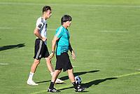 Bundestrainer Joachim Loew (Deutschland Germany) mit Leon Goretzka (Deutschland Germany) - 25.05.2018: Training der Deutschen Nationalmannschaft zur WM-Vorbereitung in der Sportzone Rungg in Eppan/Südtirol