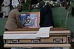 Foto: VidiPhoto..HARARE - Duizenden Zimbabwanen uit het hele land woonden dinsdagmiddag de herdenkingsplechtigheid voor Susan Tsvangirai bij. De vrouw van premier Morgan Tsvangirai van Zimbabwe kwam vorige week bij een ongeval om het leven. Tsvangirai zelf raakte daarbij gewond. Nog steeds wordt gedacht aan een aanslag door president Mugabe op zijn rivaal, hoewel concrete aanwijzingen tot nog toe ontbreken. Foto: De kist met Susan Tsvangirai.
