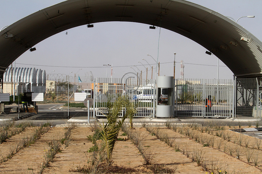 A general view of the entrance of the detention center Holot, in the Negev dessert in Israel. Around 350 African refugees are been held in Holot detention center, despite big demonstrations held in Tel Aviv and Jerusalem against the detention. Photo: Quique Kierszenbaum