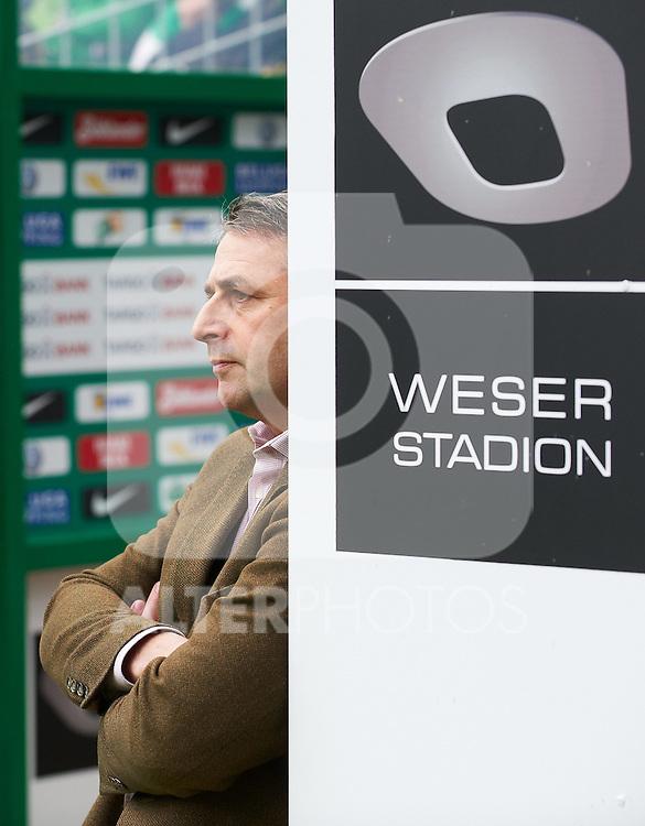 30.10.2010, Weser Stadion, Bremen, GER, 1.FBL, Werder Bremen vs 1. FC 1. FC Nürnberg im Bild   Klaus Allofs  (Geschäftsführer Profifußball - GER) im Spielertunnel  Foto © nph / Heidmann