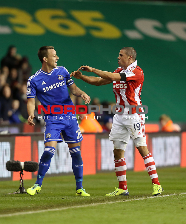 Stoke City's Jonathan Walters pushes Chelsea's John Terry -  07/12/2013 - SPORT - Football - Stoke-On-Trent - Britannia Stadium - Stoke City v Chelsea - Barclays Premier League<br /> Foto nph / Meredith<br /> <br /> ***** OUT OF UK *****
