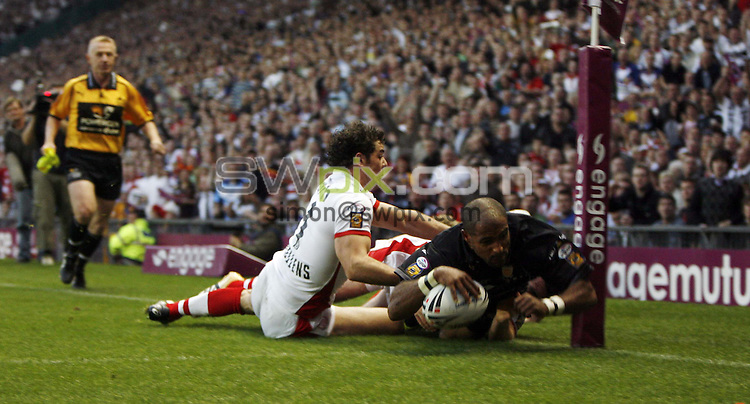 pic by BEN DUFFY/SWPIX.....Rugby Super League Final - St Helens v Hull FC, Old Trafford, Manchester......14/010/06..Picture Copyright - SWpix 01943608782..St Helen's Paul Wellens stops Hull's Gareth Raynor from scoring