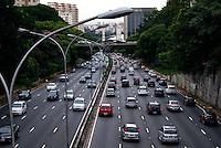 SAO PAULO, SP, 16 DE JANEIRO 2012 - TRANSITO 23 DE MAIO -  Com o primeiro dia da volta do Rodizio de Carros, transito na Avenida 23 de maio, na Altura da regiao do Paraiso, segue intenso em abos sentidos, porem sem grandes congestionamentos. (FOTO: DEBBY OLIVEIRA - NEWS FREE)