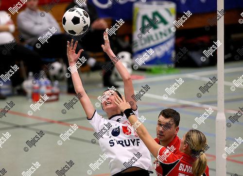 2010-01-23 / Korfbal / Europacup 2010 finale / Boeckenberg - DOS'46 / Sara Goossens (Boeckenberg) rekt zich voor een rebound..Foto: mpics