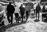 Viehmarkt in Milot, Nordalbanien. Dörfler nutzen den Zug um Hühner, Enten, Eier zum Basar zu transportieren. Die Schaffner drücken ein Auge zu.